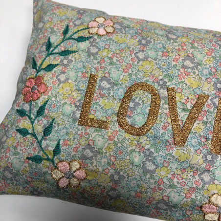 Coussin Liberty brodé  LOVE