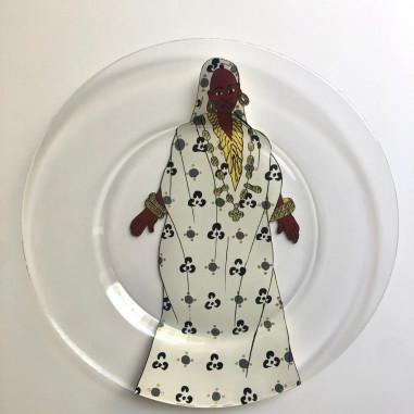 Assiette peinte à la main femme en blanc